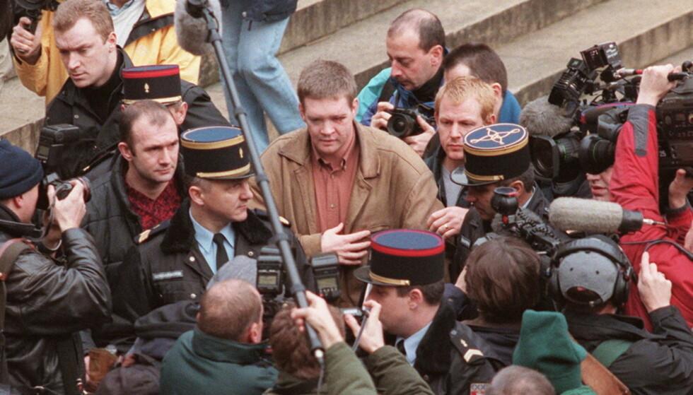 VERDENSKJENT OVER NATTA: Medier verden over fattet stor interesse for den eneste overlevende etter bilulykken hvor prinsesse Diana mistet livet. Her er Trevor Rees-Jones omringet av pressen i desember 1997. Foto: NTB Scanpix