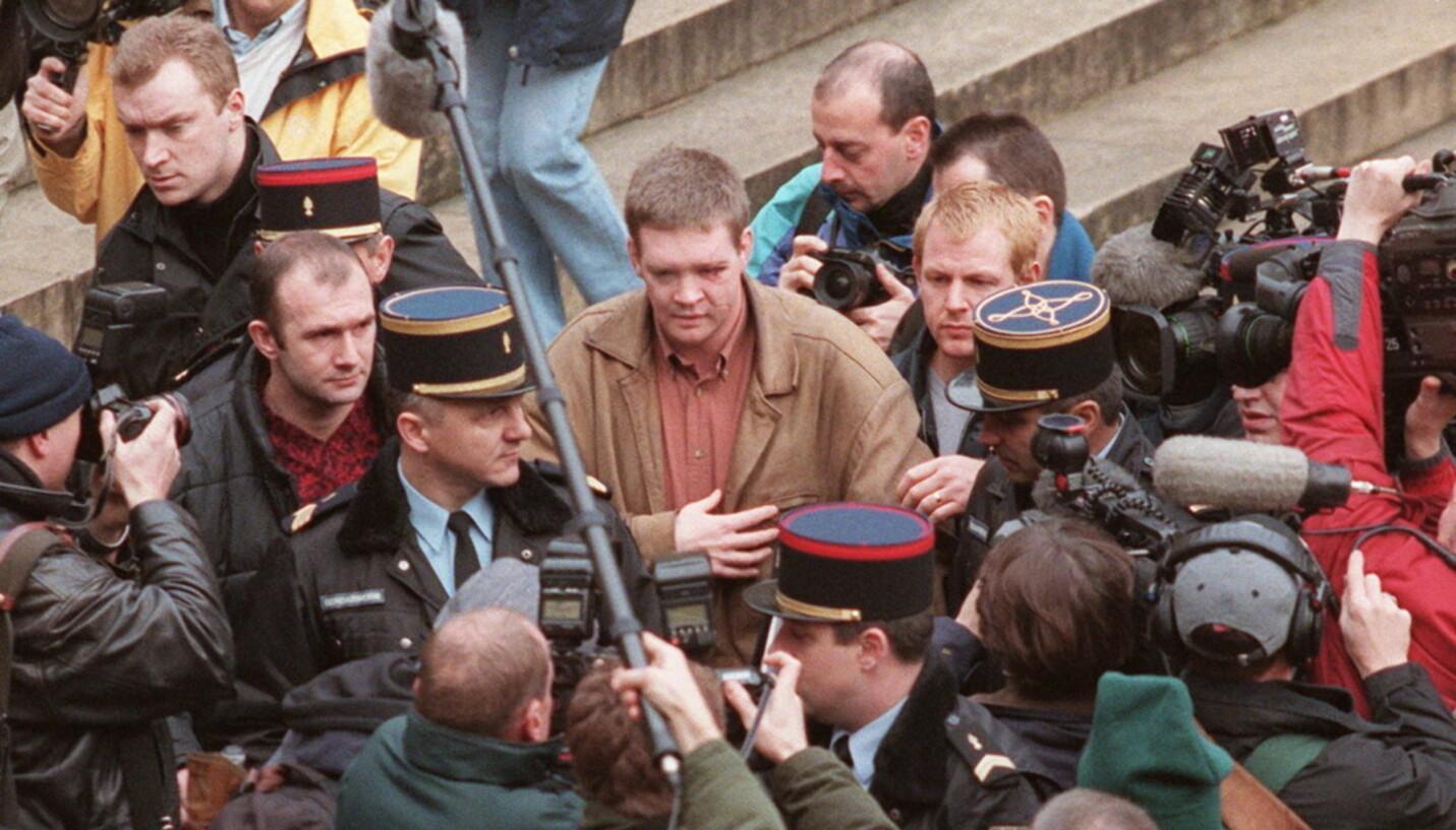 VERDENSKJENT OVER NATTA: Medier verden over fattet stor interesse for den eneste overlevende etter bilulykken hvor prinsesse Diana mistet livet. Her er Trevor Rees-Jones omringet av pressen i desember 1997. Foto: NTB