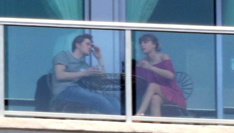 AVSLAPPET: Paret ble observert over en en avslappet frokost på Swifts balkong i Nashville. Foto: NTB Scanpix.