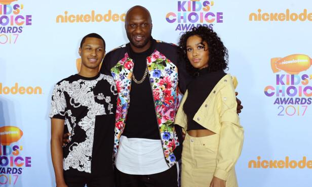 TOBARNSFAR: Her er Lamar sammen med sønnen Lamar Jr. og datteren Destiny under årets Kids' Choice Awards i Los Angeles i mars. Foto: NTB Scanpix