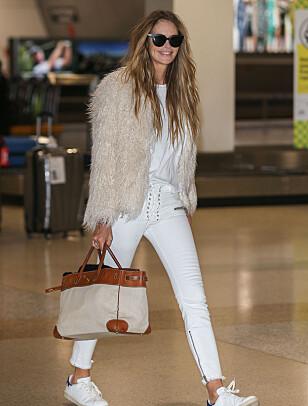 SINGEL IGJEN: Elle Macpherson smilte til fotografene på flyplassen i Melbourne i februar. Foto: NTB Scanpix