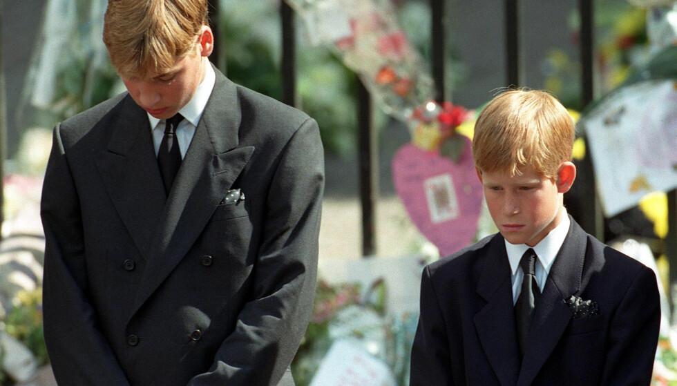 <strong>SORG:</strong> Mange husker bildene av de to prinsene i morens begravelse i 1997. Det var ingen tvil om at de to unge guttene var lammet av sorg etter Dianas tragiske bortgang. Foto: NTB scanpix
