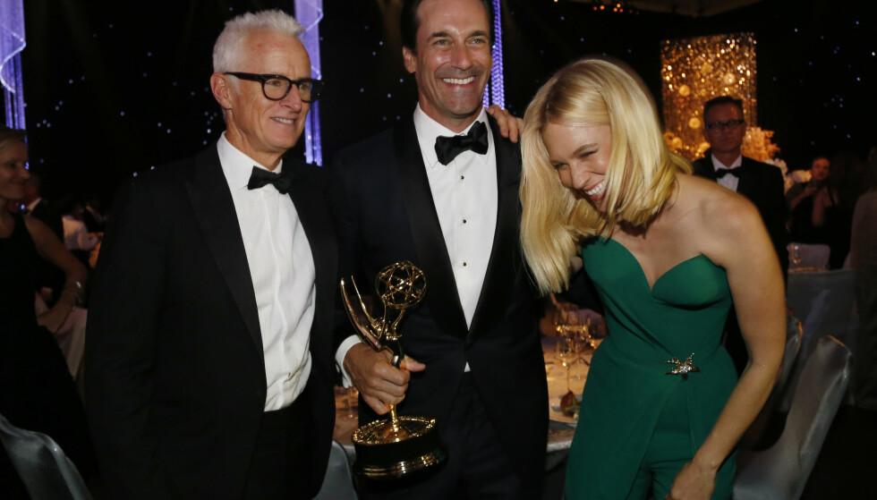SUKSESS: Jon Hamm har hanket inn flere priser for rollen som Don Draper. Her er han avbildet med prisen sin, og «Mad Men»-kollegene John Slattery og January Jones, på Emmy Awards i 2015. Foto: Mario Anzuoni/ Reuters/ NTB scanpix