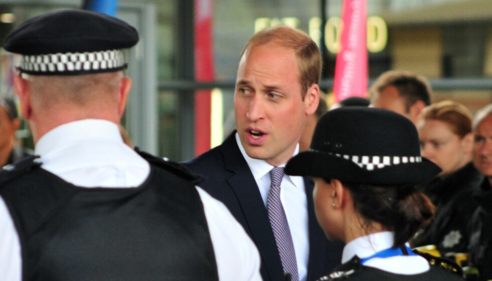 <strong>BRØT PROTOKOLL:</strong> Prins William glemte alt av kongelig skikk i møte med ofrene av den dramatiske brannen i London forrige uke. Foto: NTB Scanpix