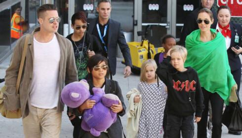 SEKS BARN: Brad Pitt og Angelina Jolie har seks barn sammen, der tre av dem er adopterte. Her er det tidligere paret avbildet sammen med barna.