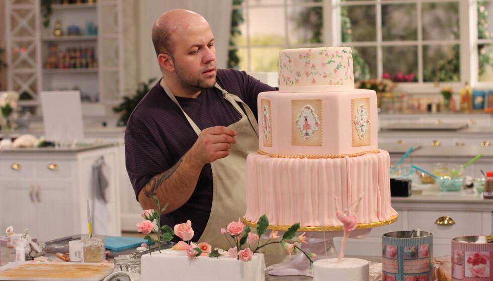LIDENSKAP FOR KAKER: Bjørn-Ali Abdullah fra Rygge gikk til topps i det svenske programmet «Det stora tårtslaget», men avslører til Aftonbladet at lidenskapen for kaker har kostet ham et forhold. Foto: TV4