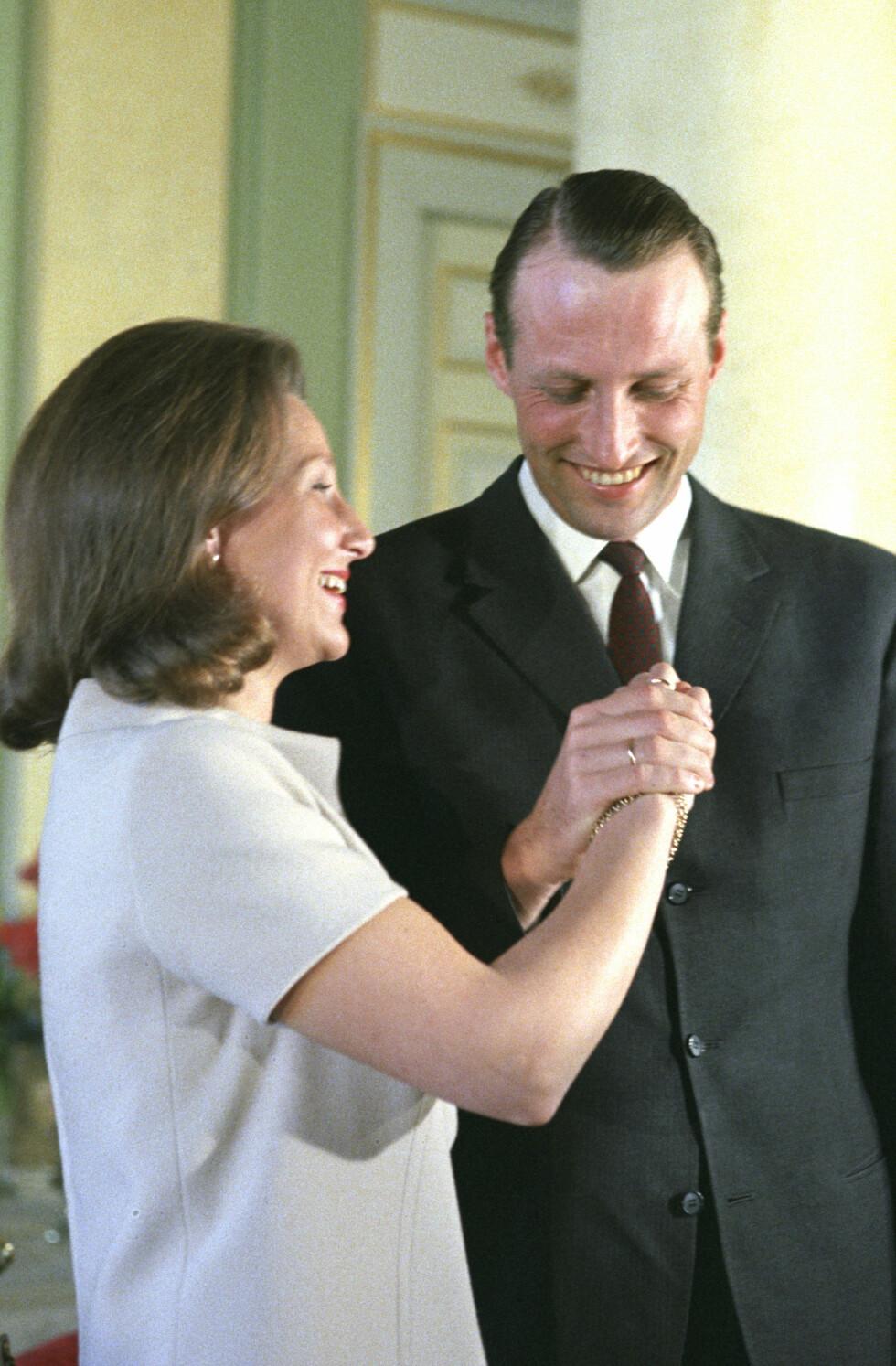 ENDELIG: 21. mars 1968 ble det endelig offisielt at kronprins Harald og Sonja Haraldsen skulle få lov til å gifte seg. Her fra en pressekonferanse på slottet i forbindelse med kunngjøringen av forlovelsen. Se så lykkelige! FOTO: NTB Scanpix