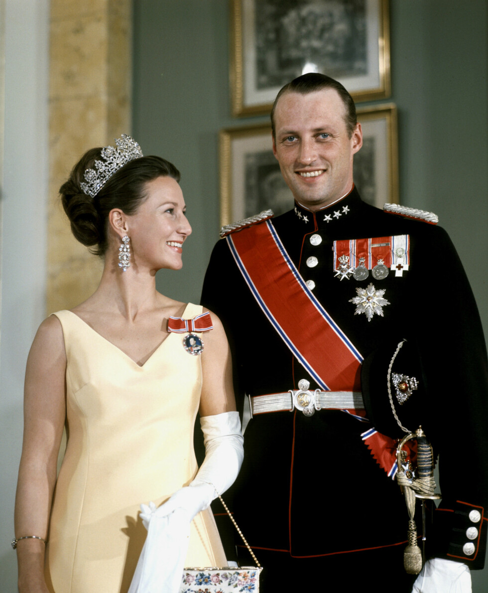 EKTEPAR: Det nygifte kronprinsparet fotografert på slottsgalla i oktober 1969. Det er ingen tvil om at de to stråler av lykke. FOTO: NTB Scanpix