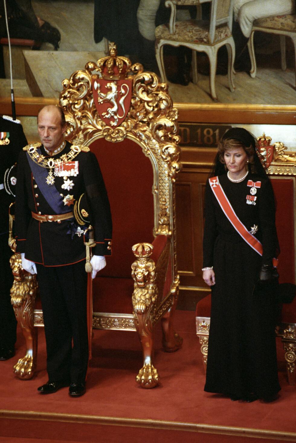 AVLA ED: Kong Harald under edsavleggelsen i Stortinget sammen med dronning Sonja etter kong Olavs død. Dronningen i sort kjole og hatt med sørgeslør. FOTO: NTB Scanpix