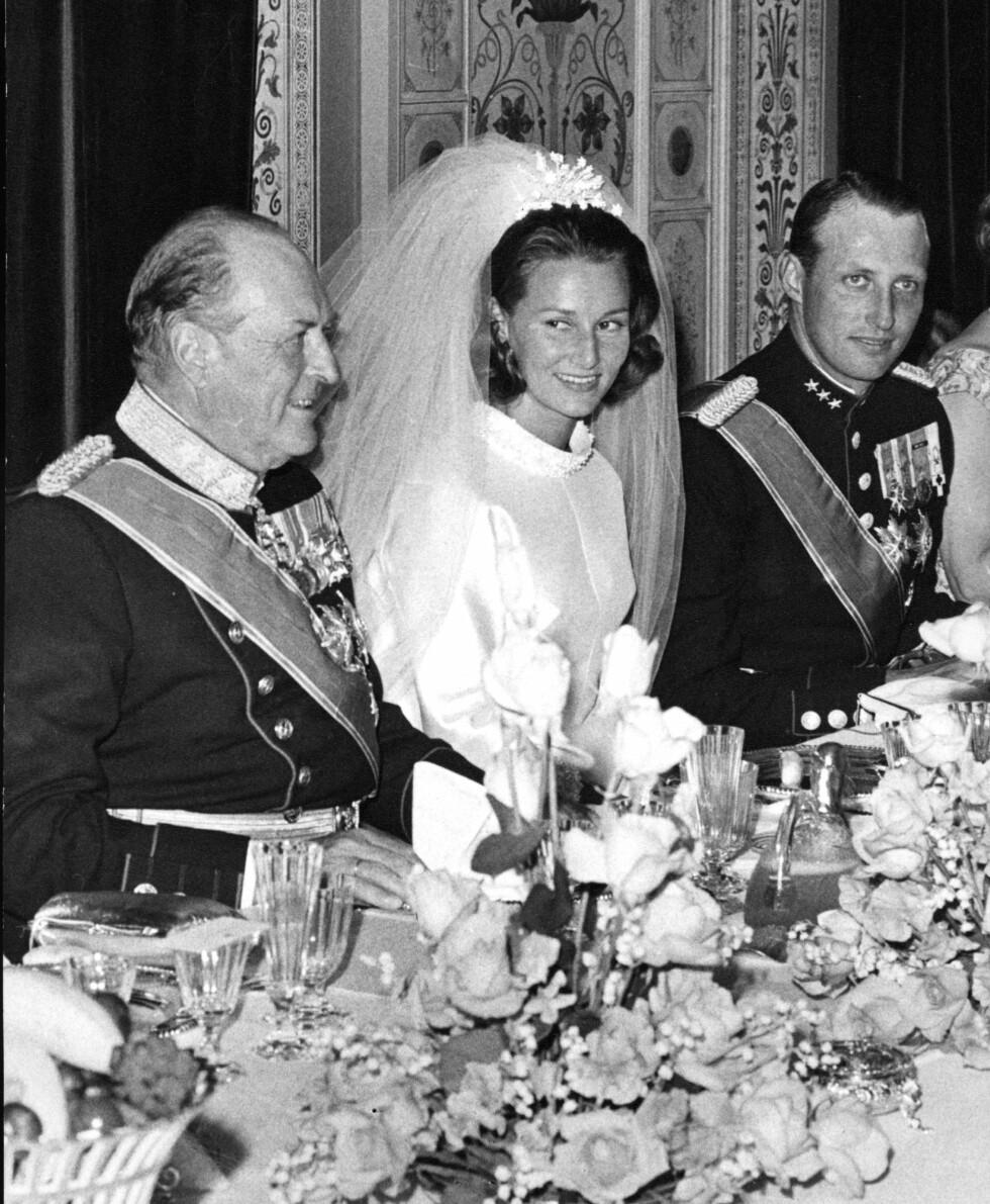 EN REALITET: Etter ni års kamp fikk endelig kronprins Harald (t.h.) sin kjære Sonja Haraldsen, og Oslojenta fra Vinderen på beste vestkant ble dermed Norges nye kronprinsesse. Bildet viser kong Olav, kronprinsesse Sonja og kronprins Harald under den store bryllupsmiddagen på slottet 29. august 1968. Foto: NTB