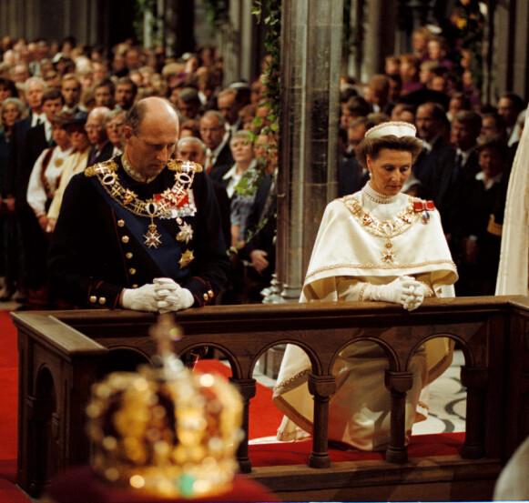 SIGNINGSFERDEN: I likhet med sin far valgte kong Harald å la seg signe til kongegjerningen. Sammen med dronning Sonja ble han signet i Nidaros Domkirke søndag 23. juni 1991. Her fra seremonien i den storslåtte katedralen. 23. juni 2016 var de igjen å se i Nidarosdomen, for å markere 25-årsjubileet. Foto: NTB