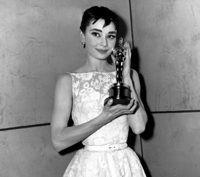 <strong>KJENDISMOR:</strong> Avdøde Audrey Hepburn, mor til Luca Dotti, var et hett navn under Hollywoods gullalder. Her poserer stjernen med Oscar-statuetten hun mottok da hun vant prisen for beste kvinnelige skuespiller under Oscar-utdelingen i 1954. Foto: NTB