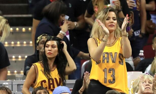 FAN: Khloé og søsteren Kourtney er stadig å se på basketballkamp for å heie frem Tristan. Foto: AFP / NTB Scanpix