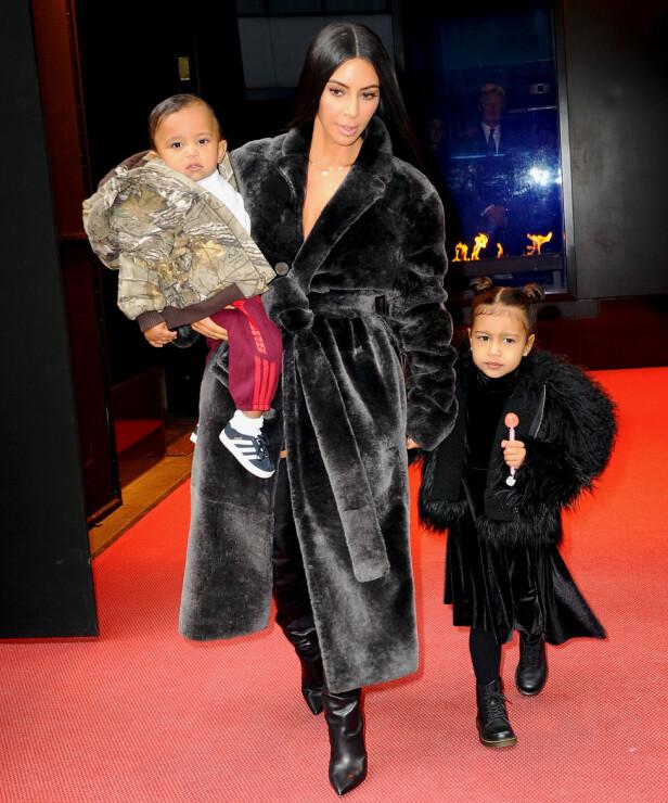 VIL HA FLER: Kim Kardashian har sønnen Saint og datteren North sammen med rapperen Kanye West. Nå vil Khloé hjelpe paret med å bære frem et barn til. Foto: Splash News / NTB Scanpix