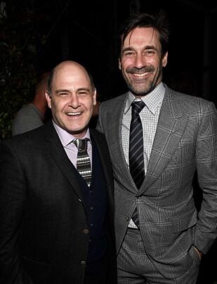 TV-SUKSESS: Jon Hamm sammen med «Mad Men»-skaper Matthew Weiner under lanseringen for sistnevntes bok om tv-serien i februar. Foto: Frazer Harrison / NTB scanpix