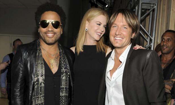 KJENTE MENN: Nicole Kidman har tidligere vært forlovet med rockeren Lenny Kravitz (til venstre). Nå er hun i et forhold med en annen musiker, nemlig countrystjerna Keith Urban. Her er alle tre avbildet sammen under CMT Music Awards i 2013. Foto: Frank Micelotta / NTB Scanpix