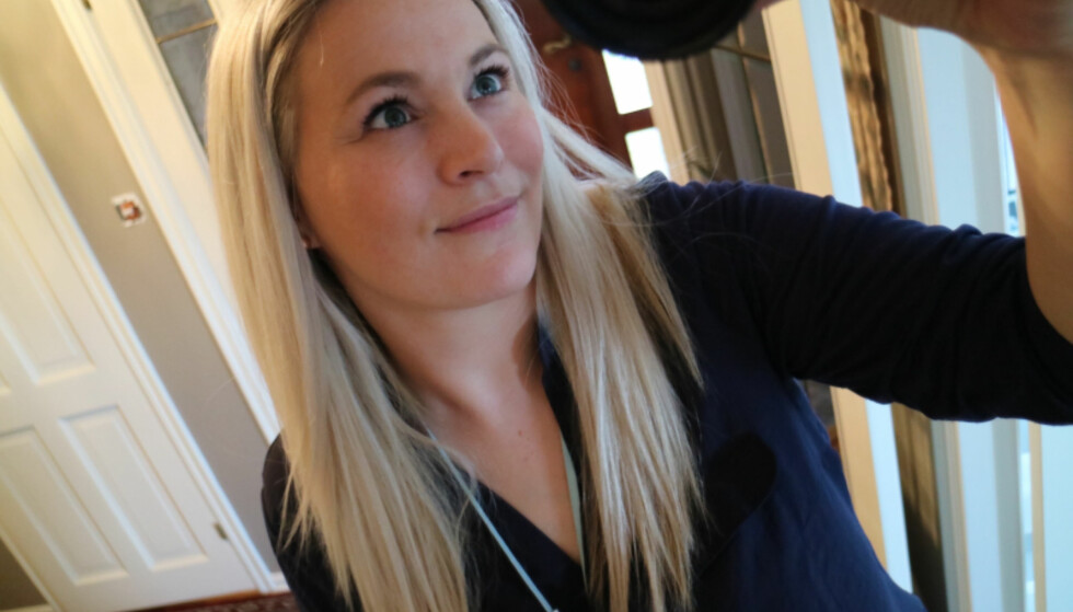 HUMOR: «Supporterfrue» ønsker å gi et skråblikk på livet som småbarnsforelder. «Det er ikke noe fancy smykke rundt halsen - det er babycallen. I stort hus må jeg alltid ha den rundt halsen, gitt! Eller så glemmer vi at vi faktisk har unge», lyder teksten til denne selfien hun har delt på bloggen. Foto: Privat