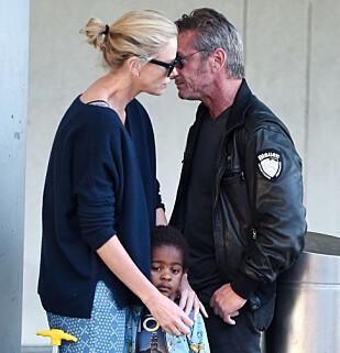 TRIO: Bare en måned før det ble slutt virket duoen veldig kjærlige og forelsket. Her ankommer de flyplassen i New York sammen med Therons sønn Jackson. Foto: NTB Scanpix