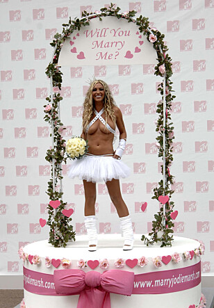 VILLE FINNE EKTEMANN: Jodie March på premieren av sitt eget show kalt «Totally Jodie Marsh» der hun ville finne noen å gifte seg med. Foto: NTB Scanpix