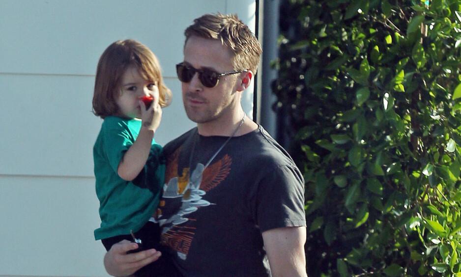 SØTT: Det var i forbindelse med en lekedate Ryan Gosling stilte opp på gata med datteren Esmeralada. Foto: NTB scanpix