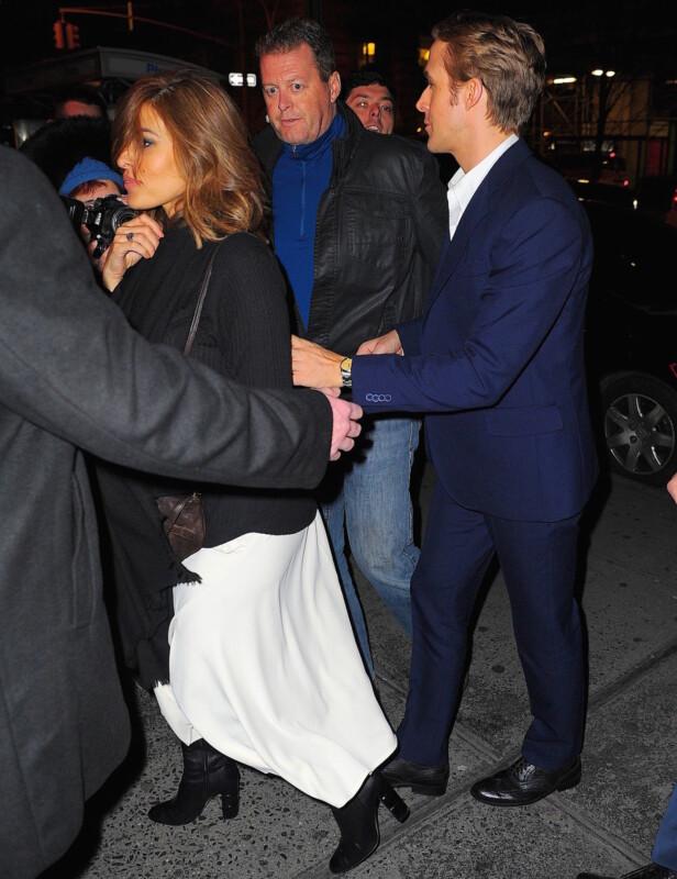 LAV PROFIL: Eva Mendes og Ryan Gosling stiller sjelden opp på bilder sammen. Her ble fotografert på vei fra «Saturday Night Live»-etterfesten på Dos Caminos i New York i desember 2015. Foto: Splash News