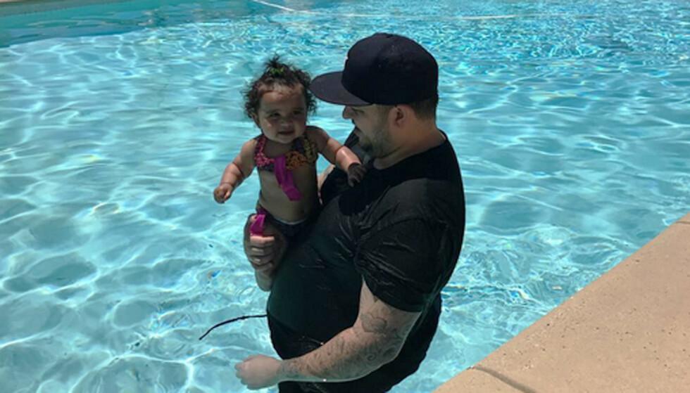 BADEGLEDE: Vesle Dream så ut til å storkose seg sammen med pappa Rob i bassenget på den amerikanske nasjonaldagen. Foto: Instagram