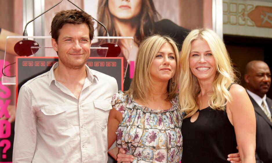 UVENNER: Jennifer Aniston og bestevenninnen Chelsea har vært gode venner i en årrekke, men nå skal altså vennskapet ha tatt slutt. Her er de to sammen med Jason Bateman på en premiere i 2011. Foto: NTB scanpix