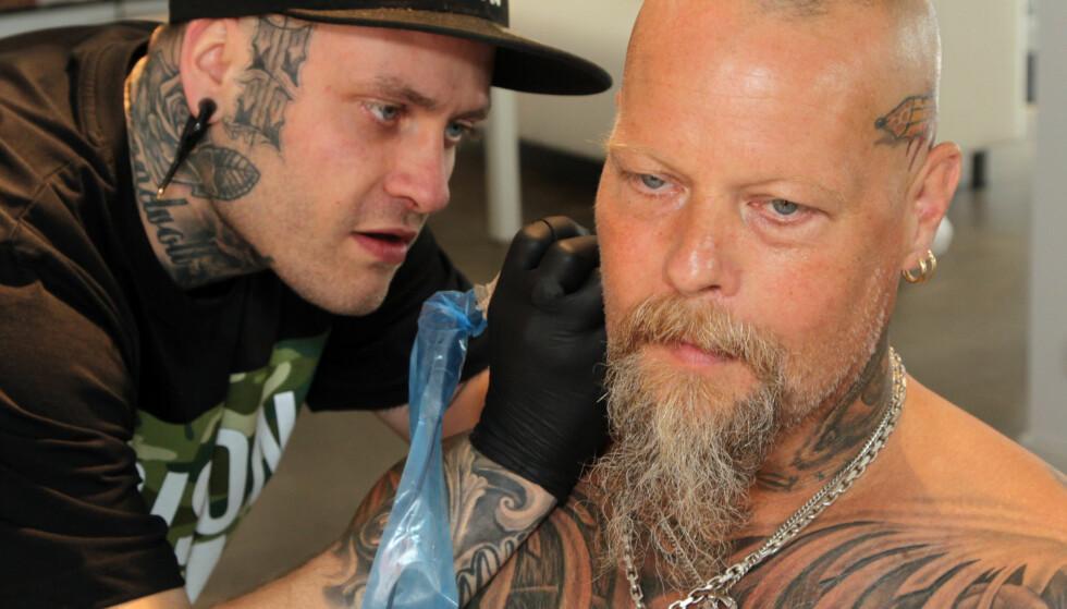 KUNDE BLE KUNSTVERK: Even Strandvoll Sand på K-Town Tattoo i Kristiansand er mannen bak de fleste av Tor Arnes tatoveringer. FOTO : SVEND AAGE MADSEN / SE OG HØR