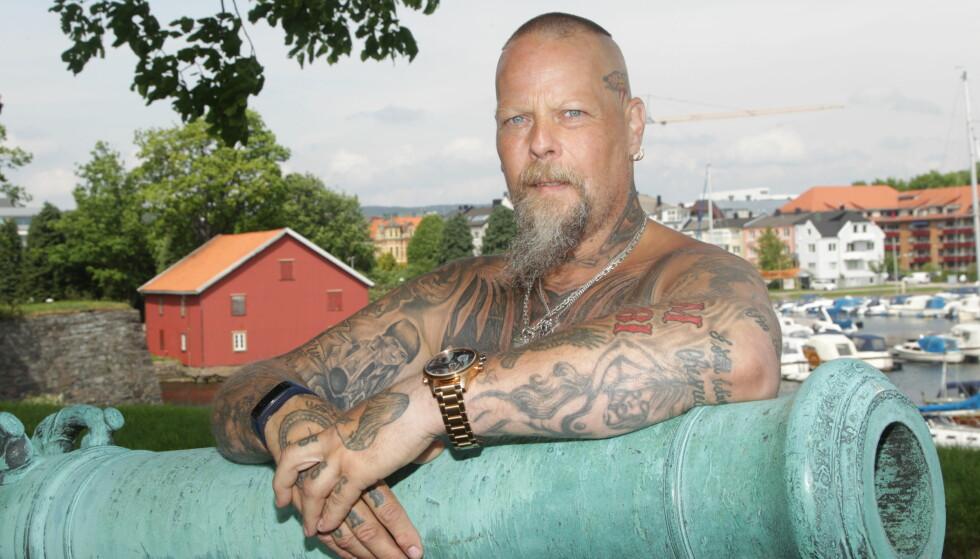 GANGSTER-STIL: Tor Arne startet forsiktig med en enkel tatovering for å skjule noen skjemmende arr. Nå drømmer han om å dekke hele kroppen. FOTO : SVEND AAGE MADSEN / SE OG HØR