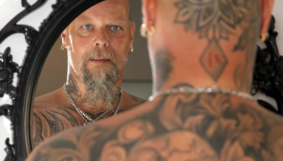 KROPPEN BLE KUNSTVERK: Kroppen til Tor Arne var ødelagt etter at han har slanket seg over ett tonn de siste 30 årene. Han bestemte seg for å dekke noen arr med tatovering, men nå er snart hele kroppen forvandlet til et kunstverk. FOTO : SVEND AAGE MADSEN / SE OG HØR