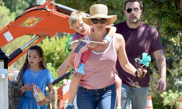 VENNSKAPELIG TONE: Ben Affleck og Jennifer Garner sammen med barna Seraphina og Samuel i Santa Monica på 4. juli i fjor. Foto: Splash News/ NTB scanpix