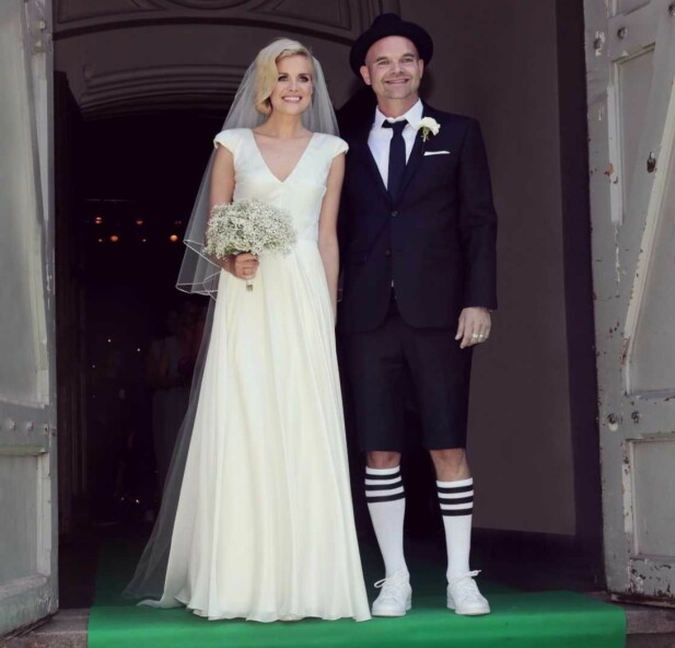 SHORTS OG SNEAKERS: Simen Staalnacke valgte shorts og sneakers da han giftet seg med kona, Anne Berit. Foto: Sara Johannessen