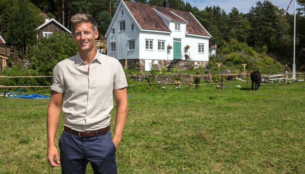NY FARMEN-GÅRD: Programleder Gaute Grøtta Grav er klar for å lede nok en sesong av TV 2s populære reality-konkurranse. Her poserer han foran årets «Farmen»-gård. Foto: Alex Iversen/ TV 2