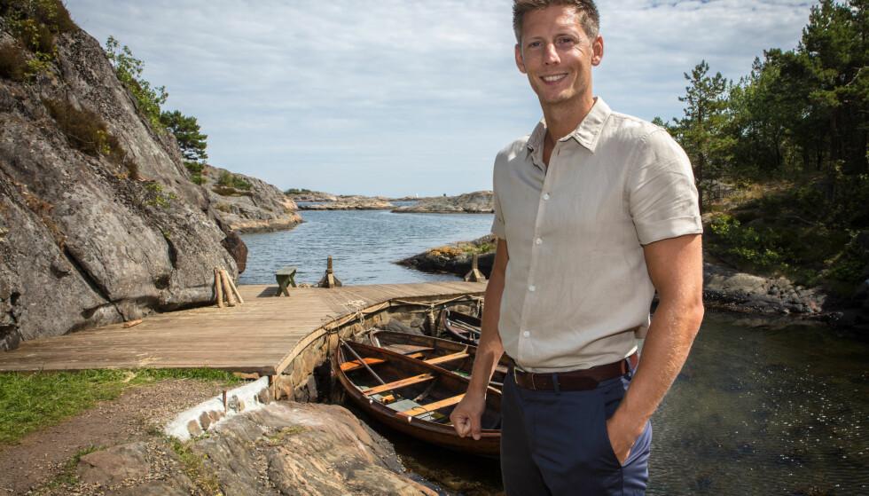 BRYGGE: Programleder Gaute avbildet ved gårdens brygge. Foto: Alex Iversen/ TV 2