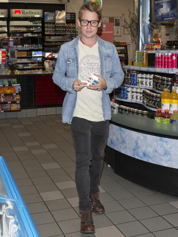 <strong>FRISKERE ENN FØR:</strong> Macaulay Culkin på vei ut av et supermarked i Los Angeles etter å ha kjøpt sigaretter. Foto: NTB Scanpix