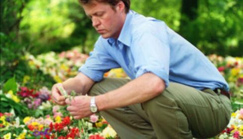LILLEBROR: Charles Spencer legger ned blomster på øya der Diana er begravd. Foto: Pa Photos / NTB Scanpix