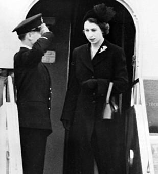 <strong>IKKE FORBEREDT:</strong> Elizabeth ankommer Storbritannia etter farens død, 7. februar 1952. Foto: AP / NTB Scanpix