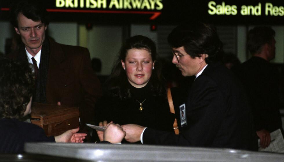 <strong>RETT HJEM:</strong> En ung Märtha Louise på Heathrow flyplass dagen etter kong Olavs død i 1991. Foto: Arnfinn Mauren / NTB Scanpix