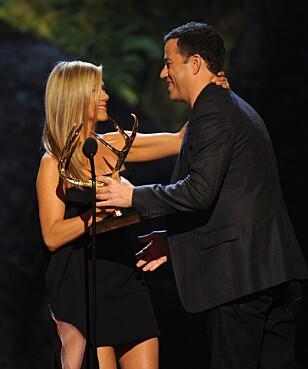 GODE VENNER: Jennifer Aniston og Jimmy Kimmel er gode venner, og Jimmy vil bruke vennskapet for å det som han vil. Foto: NTB scanpix