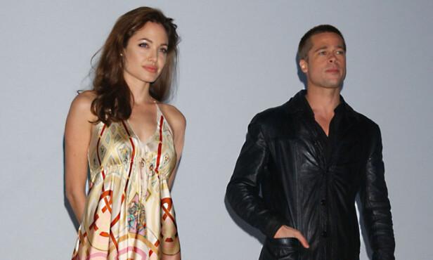 PÅ PRESSETREFF: Angelina Jolie og Brad Pitt møtte pressen for å promotere action-komedien «Mr. &. Mrs. Smith» i mars 2005. To månender tidligere ble det annonsert at Pitt og kona gjennom fem år, Jennifer Aniston, skulle skilles. Foto: NTB scanpix