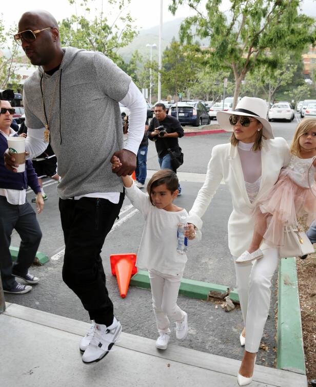 BARN: Khloé har tidligere innrømmet at hun løy overfor Lamar da hun skal ha prøvd å bli gravid. Her var paret sammen med to av Kourtney Kardashians barn, Mason og Penelope i mars i fjor. Foto: Splash News / NTB Scanpix