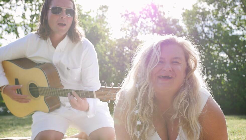 POP-DEBUT: Hilde Skovdahl viser en ny side av seg selv på den nye låten «Rytmen fra bølgene». Foto: Fra videoen.