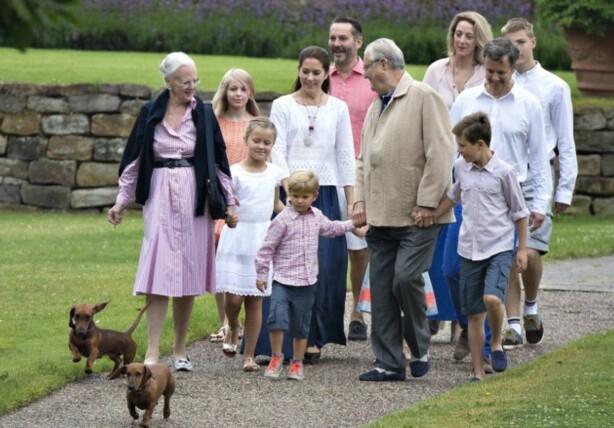<strong>RØYKER:</strong> Dronning Margrete har stadig blitt observert med røyken i hånda. Her sammen med flere fra den danske kongefamilien. Foto: AFP