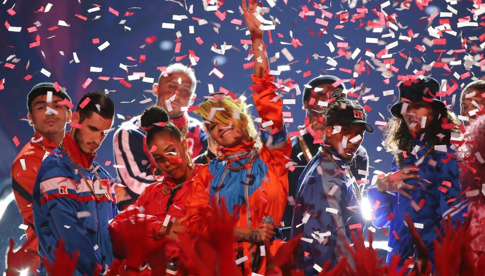 GOD STEMNING: Det regnet bøttevis av konfetti fra taket mens Rita Ora svingte seg på scenen under nattens Teen Choice Awards. Foto: NTB Scanpix.