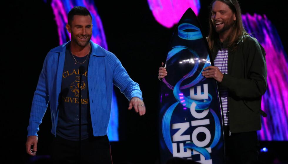 BEGYNTE Å LE: Adam Levin klarte ikke holde seg alvorlig lenge da han spøkte med at Maroon 5 skulle gi seg som band da gruppa mottok hederspris under Teen Choice Awards. Foto: NTB Scanpix.