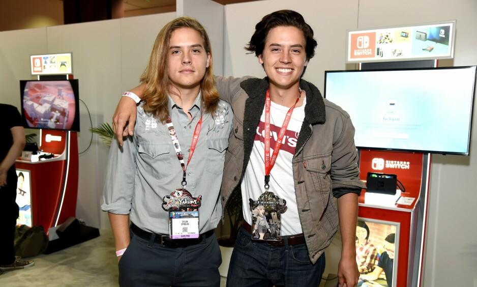 BARNESTJERNER: Tvillingene Dylan og Cole Sprouse spilte sønnen til Ross i «Friends», før de fikk hovedrollene i Disney-serien «The Suite Life». Nå er den ene tvillingen i kjærlighetstrøbbel, mens den andre innleder et forhold til kollegaen sin. Foto: NTB Scanpix