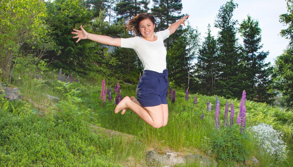 SOMMERLETT: Linda Sæther hopper gjerne av glede når hun skjønner at det er den ekstreme forvandlingen som gjør at folk ikke lenger kjenner henne igjen på gaten. FOTO : SVEND AAGE MADSEN / SE OG HØR