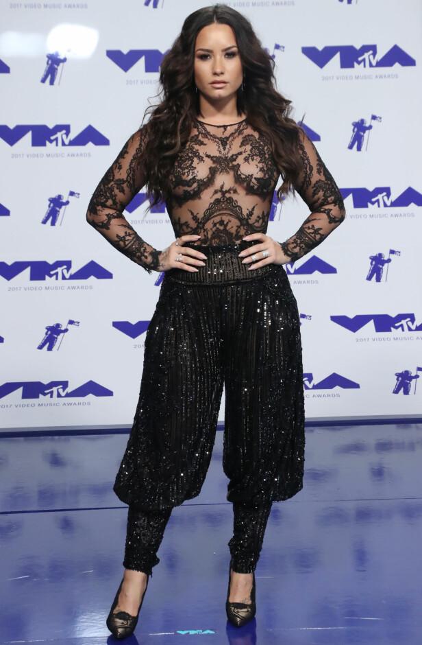 SVART: Demi Lovato kom i helt sort antrekk på den røde løperen. Artisten hadde en noe dristig topp og overlot ikke mye til fantasien. Foto: Shutterstock