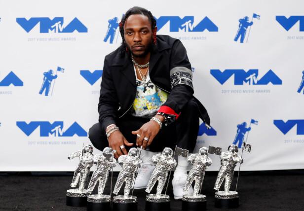 VANT: Kendrick Lamar vant hele seks priser i natt. Han gikk for en casual klesstil under prisutdelingen. Foto: Reuters