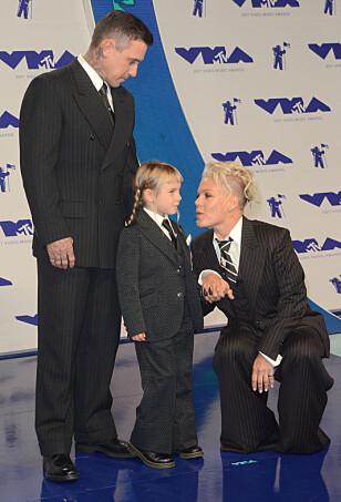 MATCHET: Både Pink, datteren Willow og ektemannen Carey Heart kom i matchende dresser til prisutdelingen. Foto: Shutterstock